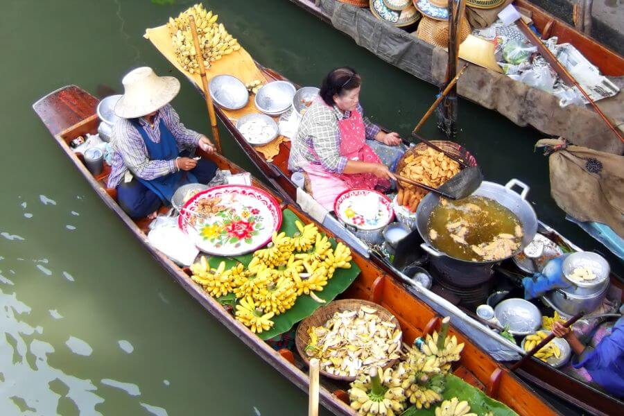 Thailand - Bananen verkopen op de boot - Drijvende markt, kokosnoten & Bang Kung tempel